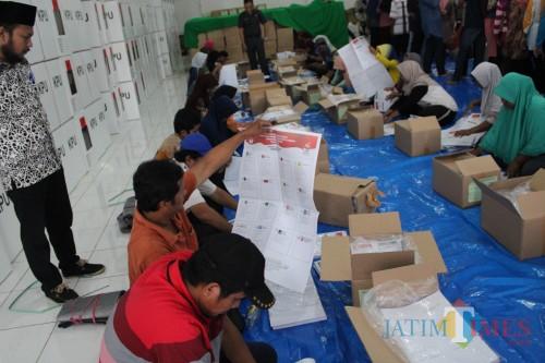Sejumlah petugas pelipatan surat suara di gudang logistik KPU Jombang, Jl KH Hasyim Asy'ari, Kelurahan Kaliwungu, Kecamatan Jombang. (Foto : Adi Rosul / JombangTIMES)