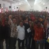 Komisioner Komnas HAM Deka Ulung Hapsari berfoto bersama para petani dalam deklarasi Serikat Tani Banyuwangi