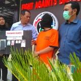 Mochammad Sholeh (baju orange) tersangka peredaran narkoba saat sesi rilis di Polres Malang, Kabupaten Malang (Foto : Ashaq Lupito / MalangTIMES)