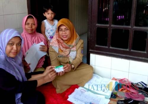Pembagian kartu BPJS di Surabaya.