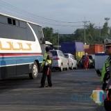 Petugas kepolisian saat memantau kondisi lalu lintas jembatan underpass Karanglo, Kecamatan Singosari, Selasa (5/3/2019) (Foto : Satlantas Polres Malang for MalangTIMES)
