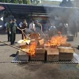 Ribuan barang bukti tindak pidana saat dimusnahkan di halaman kantor Kejari Jember
