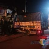 Truk tampak menabrak pos kamling di Desa Bendilwungu. / Foto : Arya / Tulungagung TIMES