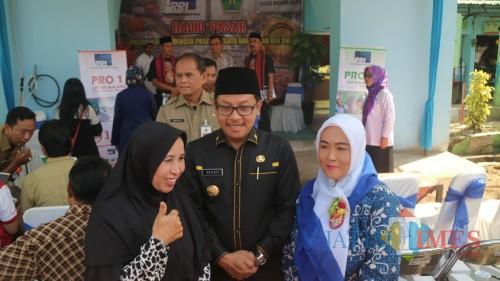 Wali Kota Malang Sutiaji (tengah) saat berfoto bersama warga di Pasar Bunulrejo. (Foto: Humas Pemkot Malang for MalangTIMES)