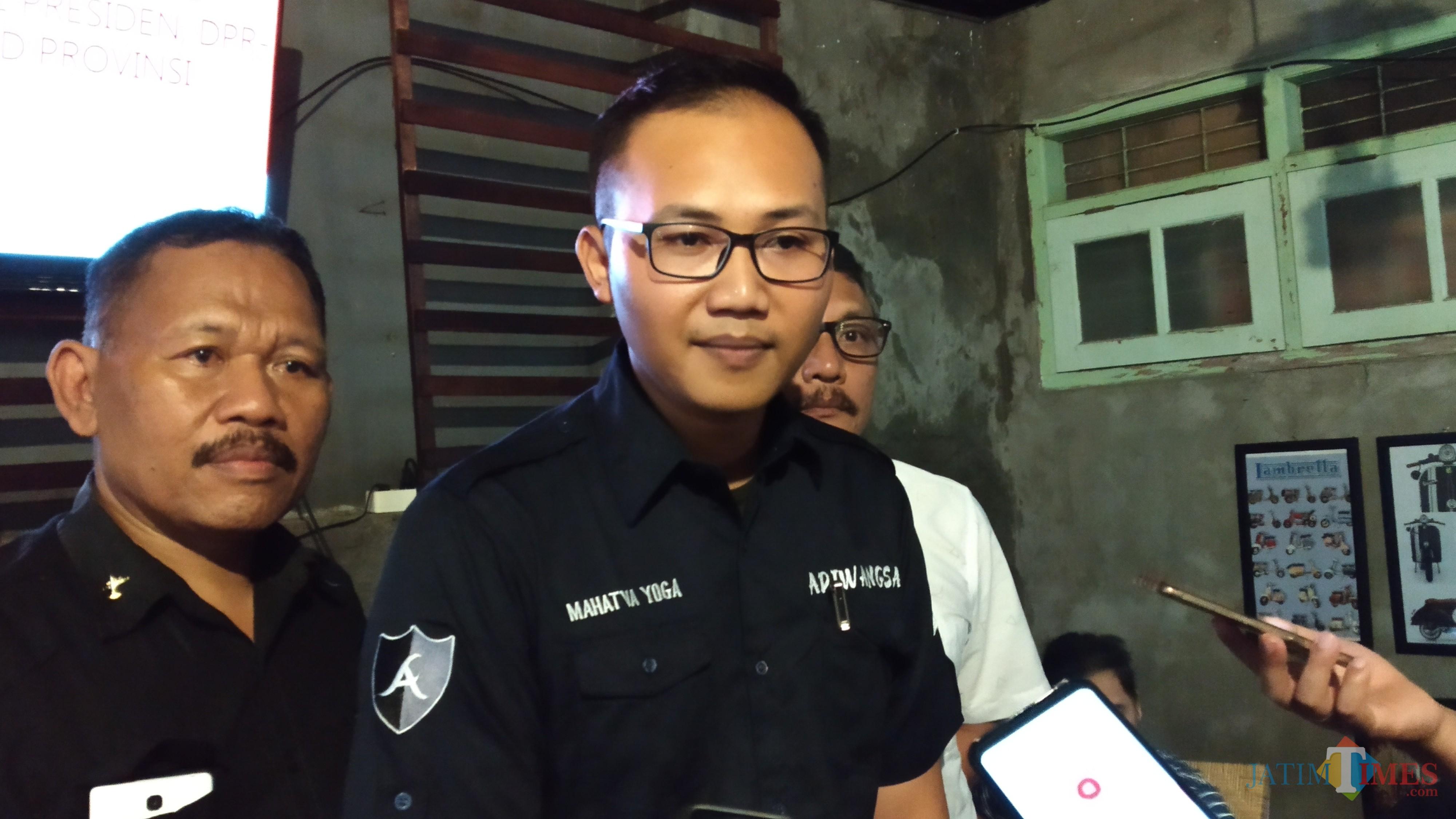 Direktur Lembaga Adiwangsa, Mahatva Yoga, saat memaparkan hasil survei partisipasi politik Kota Malang serta elektabilitas para calon dalam Pemilu 2019. (Pipit Anggraeni/MalangTIMES).