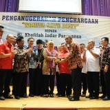 """Dra. Khofifah Gubernur Jatim saat menerima anugrah """"Wanita Satu Digit"""" dari Badan Musyawarah Antar Gereja-Lembaga Keagamaan Kristen Indonesia (Bamag-LKKI)"""