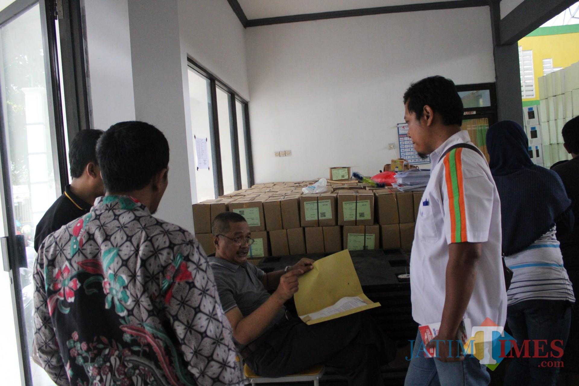 (duduk) Ketua KPU Kabupaten Jombang, Muhaimin Shofi saat melarang sejumlah anggota Panwascam Jombang masuk di lokasi pelipatan surat suara pemilu di gedung olahraga tennis indoor jombang. (Foto : Adi Rosul / JombangTIMES)