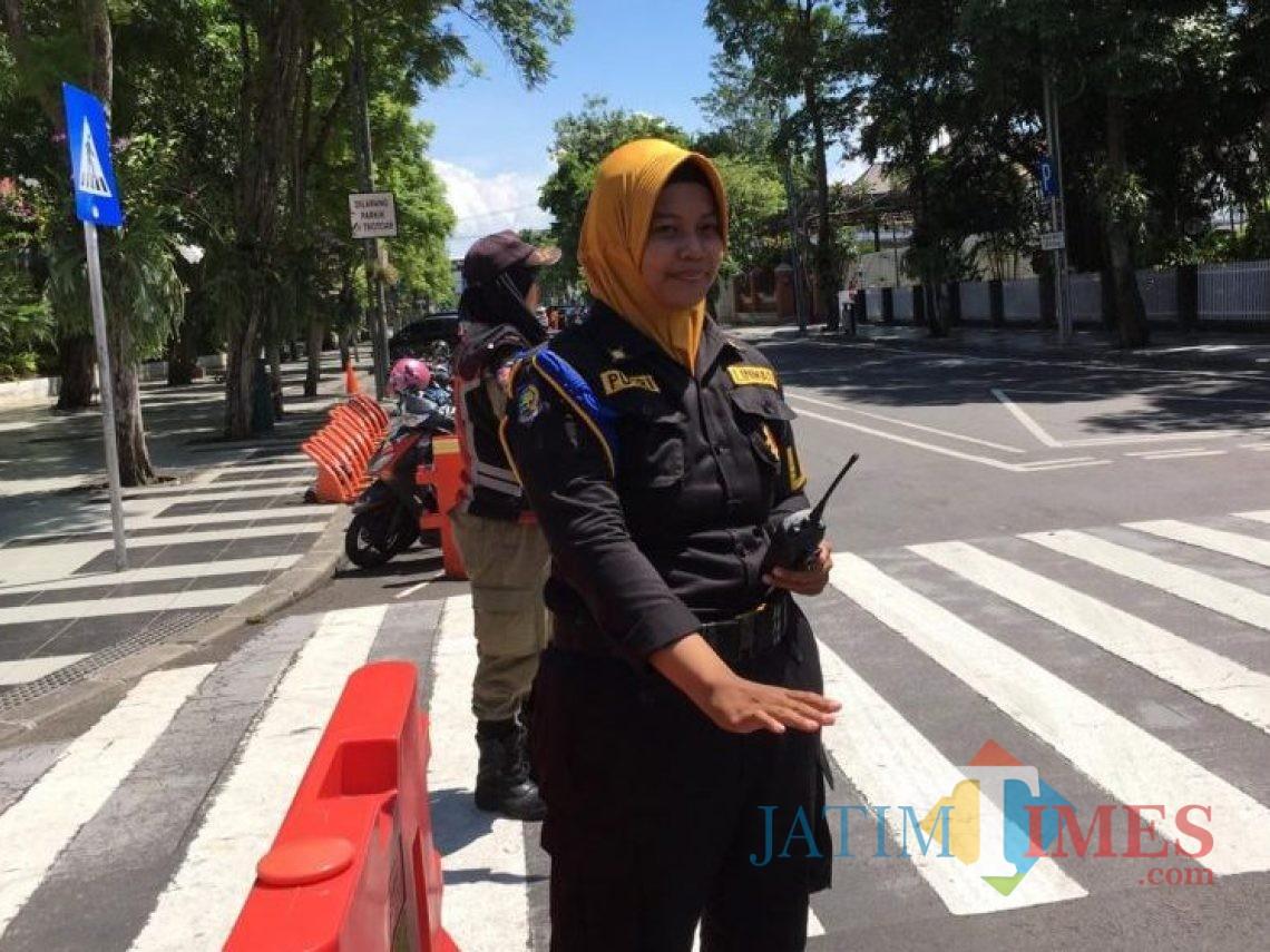 Putri Angraeni seorang petugas Linmas di Surabaya