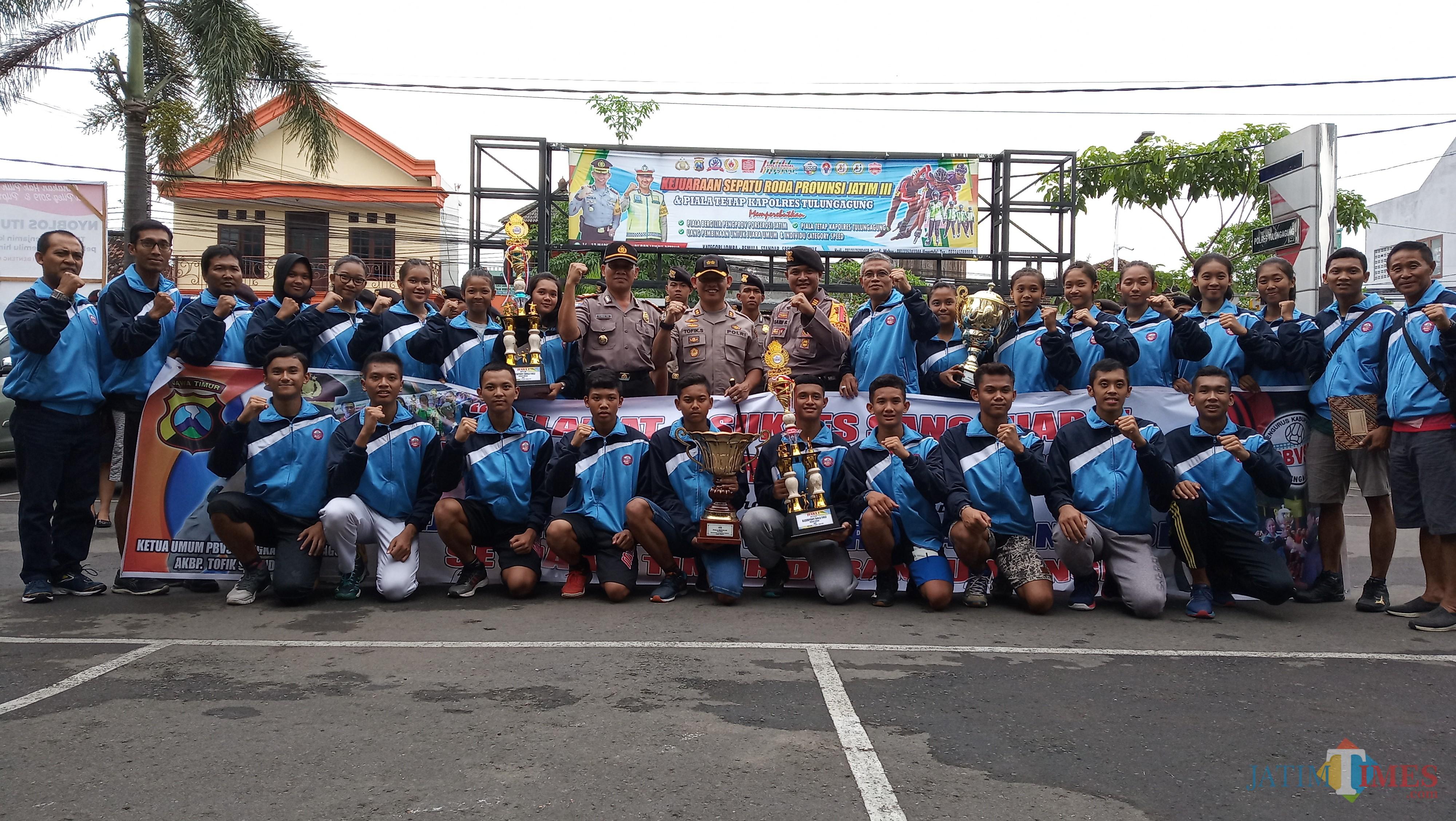 Kapolres berfoto bersama seluruh tim Volley Tulungagung (foto: Joko Pramono/Jatim Times)