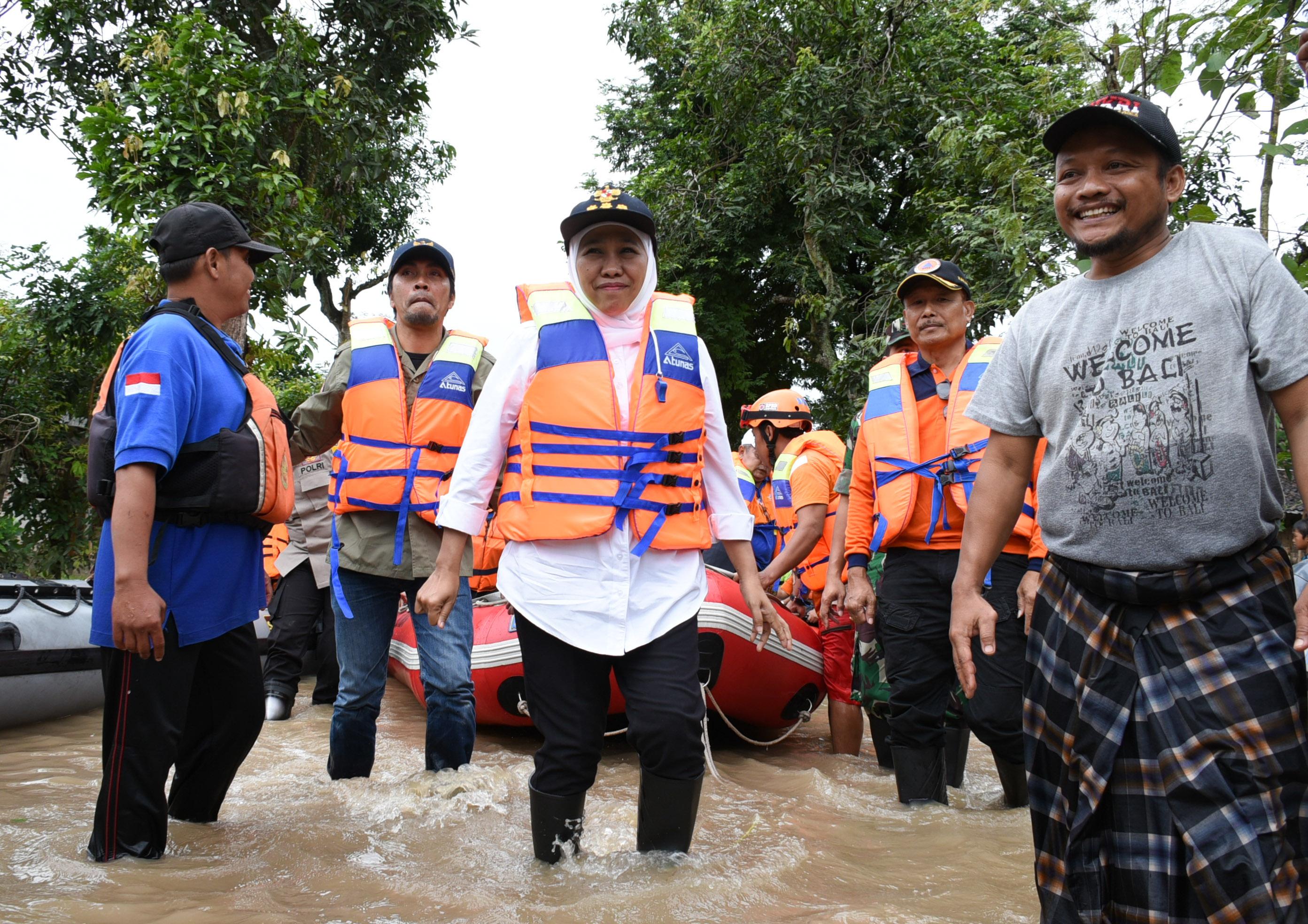 Gubernur Jatim Khofifah ketika meninjau kondisi banjir secara langsung di Kabupaten Madiun.