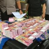 Tersangka kasus penipuan beserta barang bukti yang berhasil diamankan Polres Malang. (Foto : Dokumen MalangTIMES)