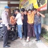 Kedua pelaku saat di bopong anggota Polres Jember (foto : Moh. Ali Makrus / Jatim TIMES)