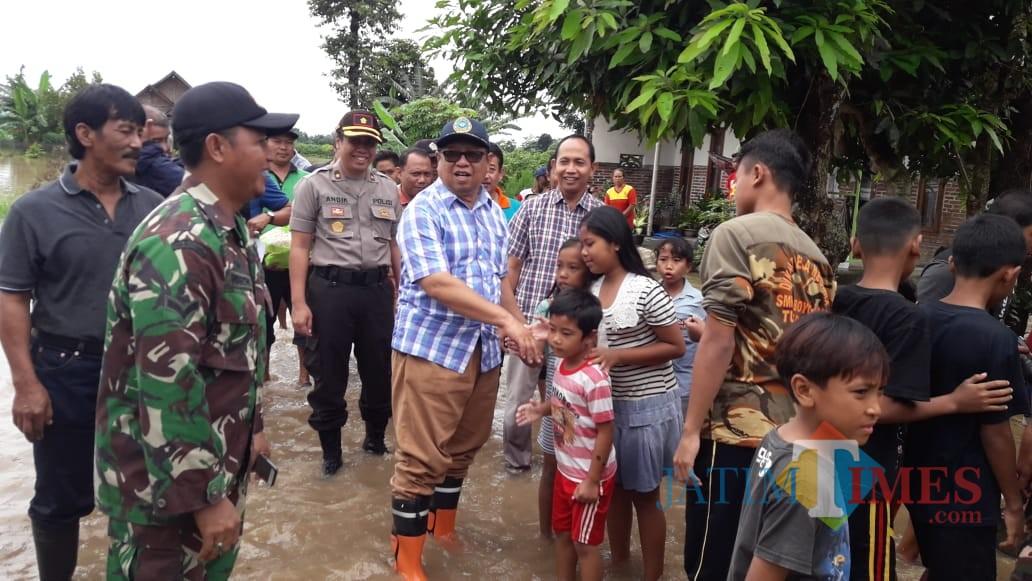 Plt Bupati Tulungagung Maryoto Birowo saat meninjau banjir di Desa Waung, Kecamatan Boyolangu. (foto : Joko Pramono/Tulungagungtimes)