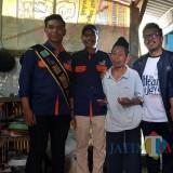 Dua dari kiri : Wahyu Hidayat Kepala DPKPCK Kabupaten Malang saat meninjau bedah rumah plus di wilayah Gondanglegi (dok MalangTIMES)