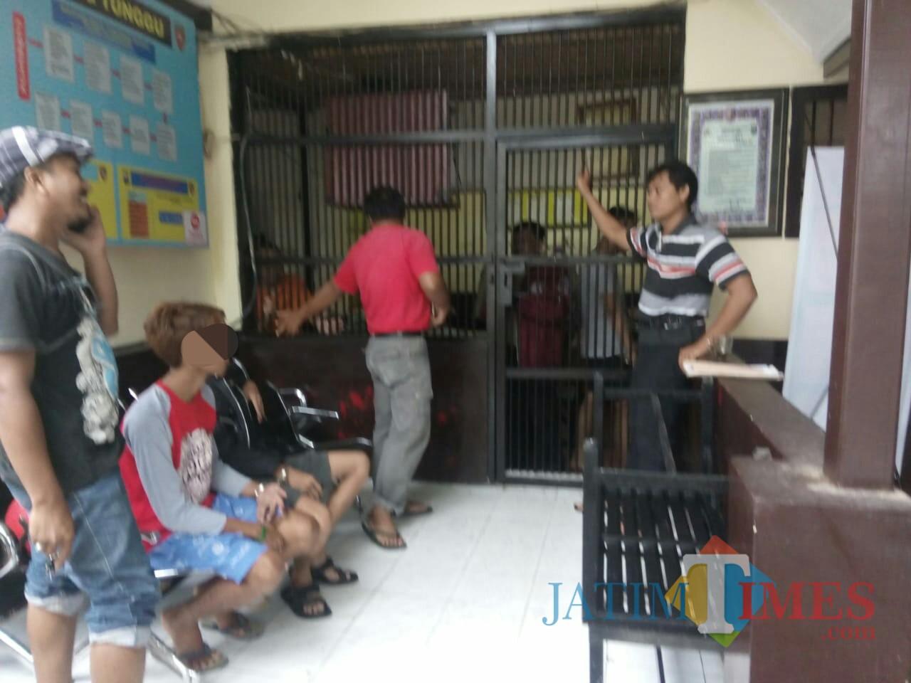 Dua tersangka saat dipindah ke Tahanan Mapolres Tulungagung / Foto : Dokpol / Tulungagung TIMES