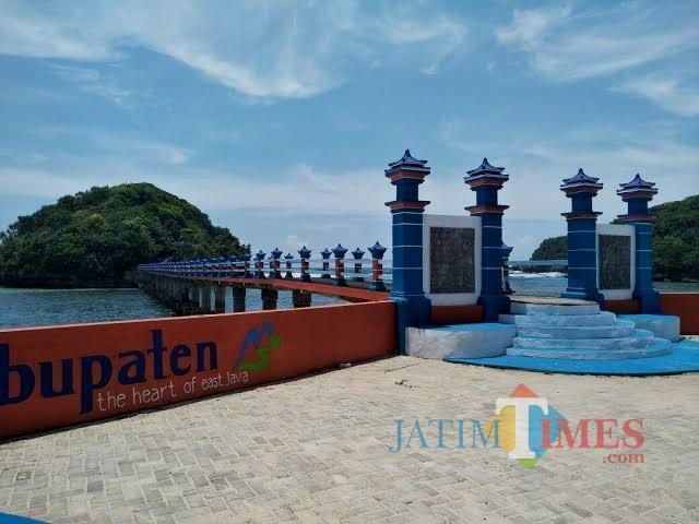 Jembatan Hanoman karya DPKPCK Kabupaten Malang menjadi penyempurna destinasi wisata Pantai Balekambang. (dok MalangTIMES)