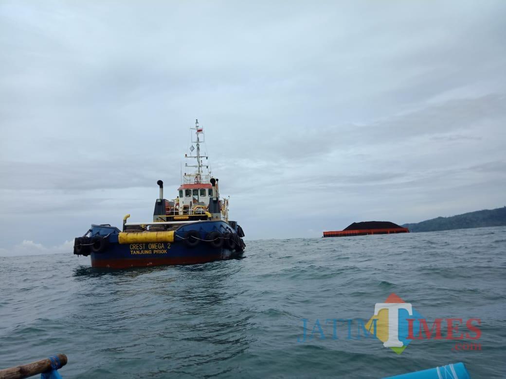 Kapal penarik tongkang berusaha berlabuh di Tempursari untuk mendapatkan spare part