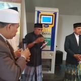 Para pengurus Masjid Al Khalid saat meresmikan ATM beras. (eko Arif s /JatimTimes)
