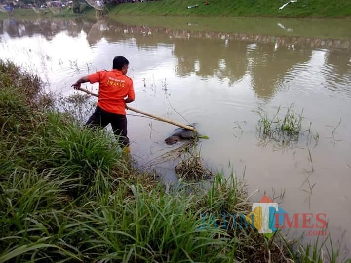 Petugas berusaha melakukan evakuasi pada mayat / Foto : Dokpol / Tulungagung TIMES
