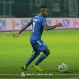 Ricky Kayame ketika bermain melawan Barito Putera. (official Arema FC)
