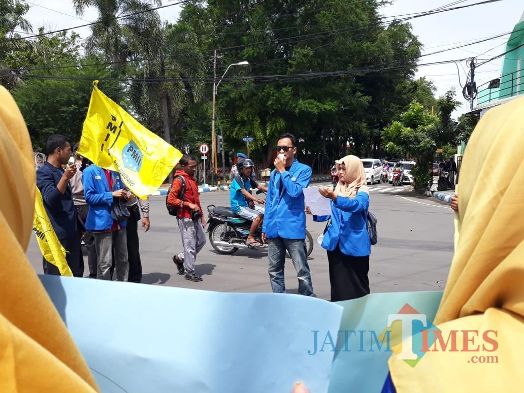Sejumlah aktivis mahasiswa dari korps PMII Jombang saat menggelar aksi di simpang empat Taman Kebonrojo Jombang. (Foto : Adi Rosul / JombangTIMES)