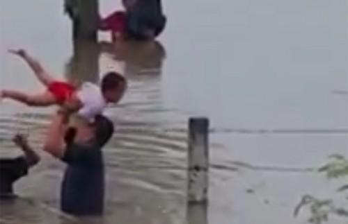 cuplikan video saat keluarga netizen yang menolong anak korban terjebak banjir sekitar  tol Soker.