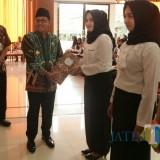 Wali Kota Malang Sutiaji saat menyerahkan secara simbolis SK Pengangkatan CPNS formasi 2018. (Foto: Humas Pemkot Malang for MalangTIMES)