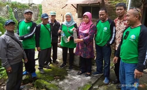 Forum Kecamatan Sehat menunjukkan sampel air limbah yang diambil.(Anggara Sudiongko/MalangTIMES)