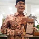 Anggota DPR RI Bambang Haryo menunjukkan penghargaan yang baru dia dapat