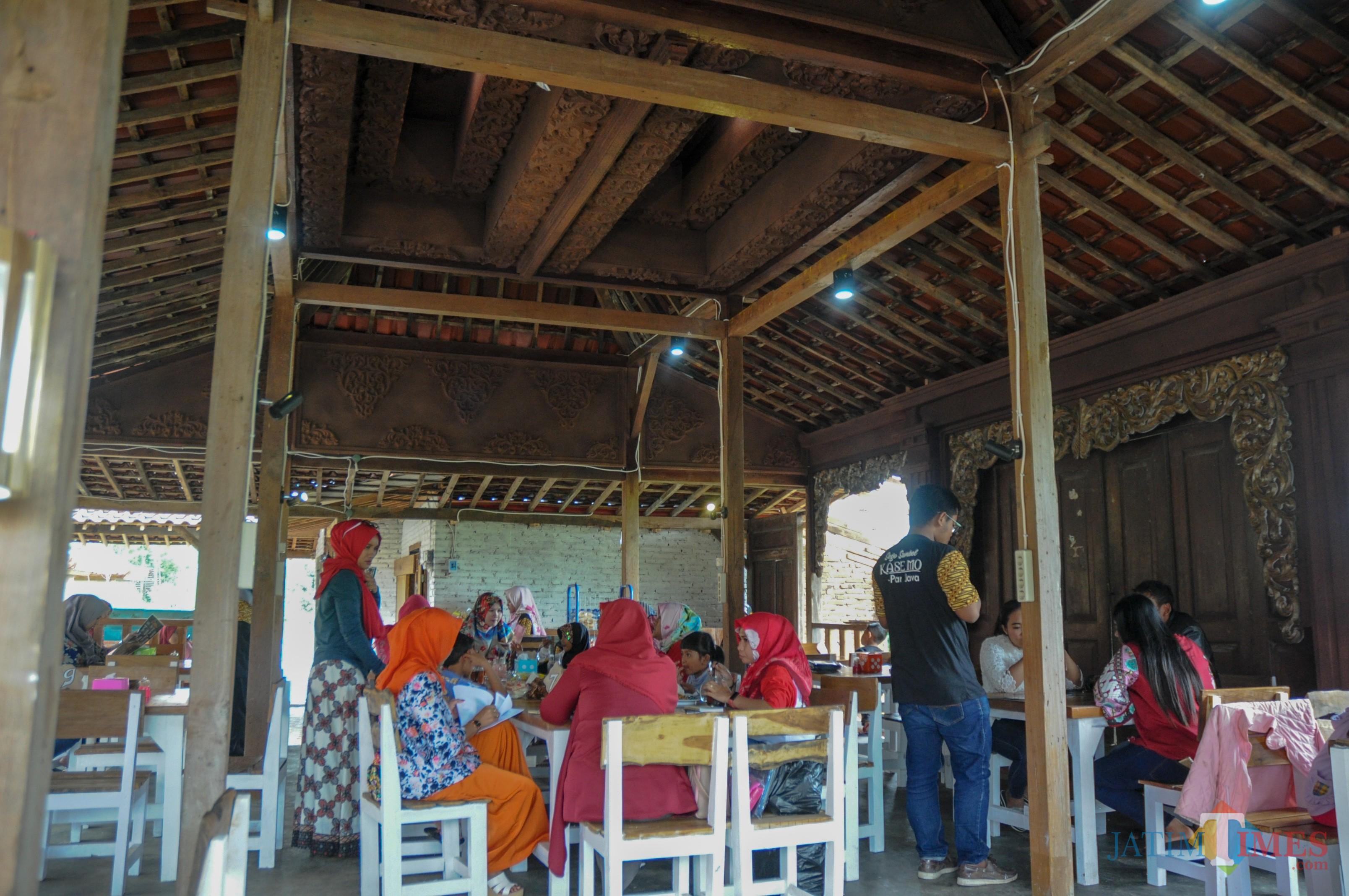 Suasana tradisional di warung sego sambal kasemo (Foto : Lukmanul Hakim/MalangTIMES