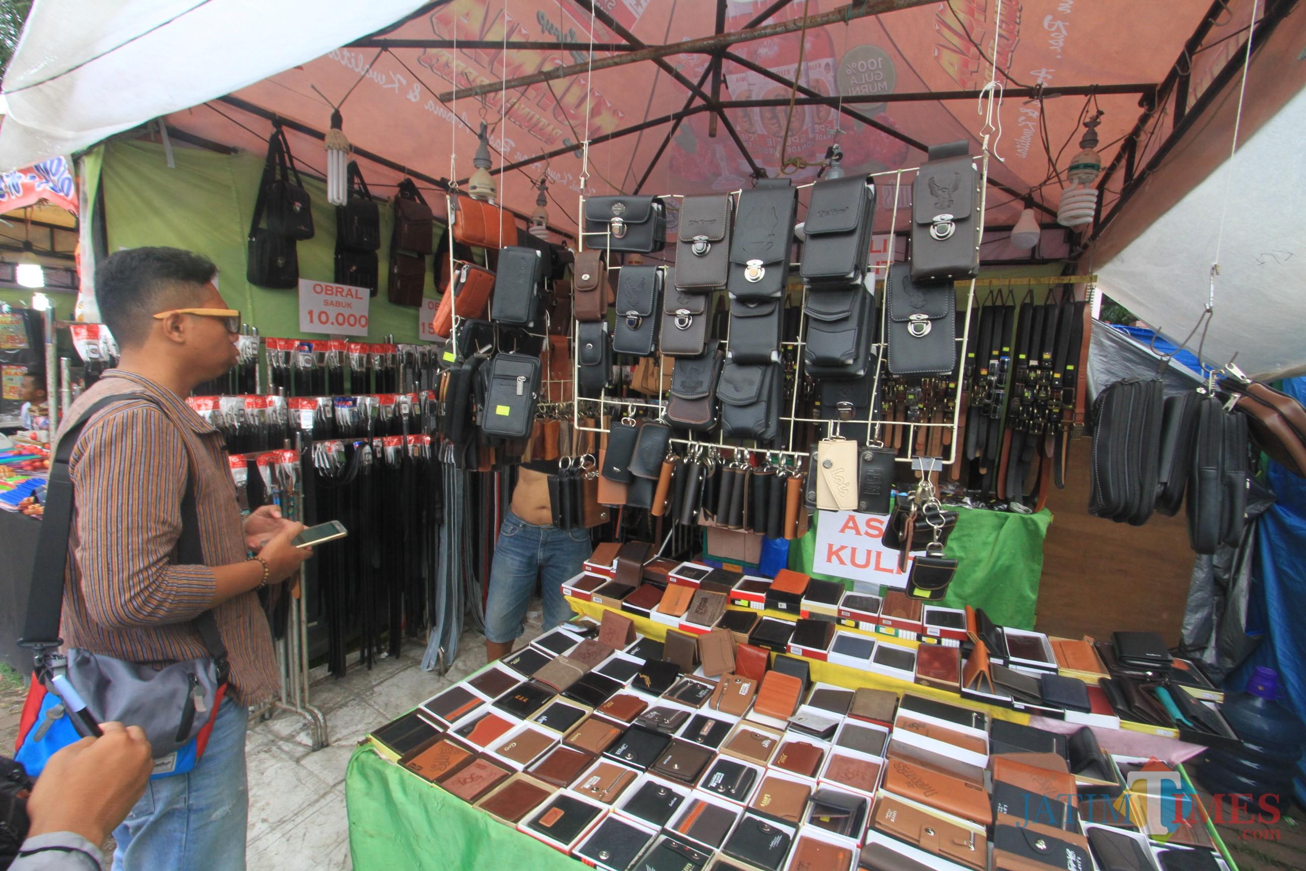 M Ihsan jual aneka kerajinan kulit di tenda kerucut acara Festuval Pendalungan dan Pasar Rakuat Muslimat NU (Agus Salam.Jatim TIMES)
