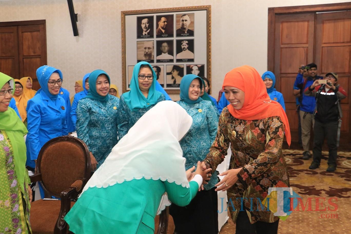 Gubernur Jatim Khofifah saat menggelar MoU dengan organisasi wanita di Gedung Negara Grahadi