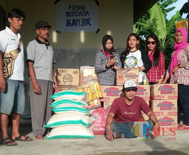 Komunitas Icethe memberi bantuan bagi warga terdampak Banjir di Demuk Pucanglaban / Foto : Anang Basso / Tulungagung TIMES