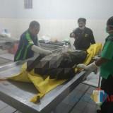 Mayat yang ditemukan di Sungai Ngroow saat di kamar jenazah RSU Dr Iskak Tulungagung (Foto : Dokpol / TulungagungTIMES)