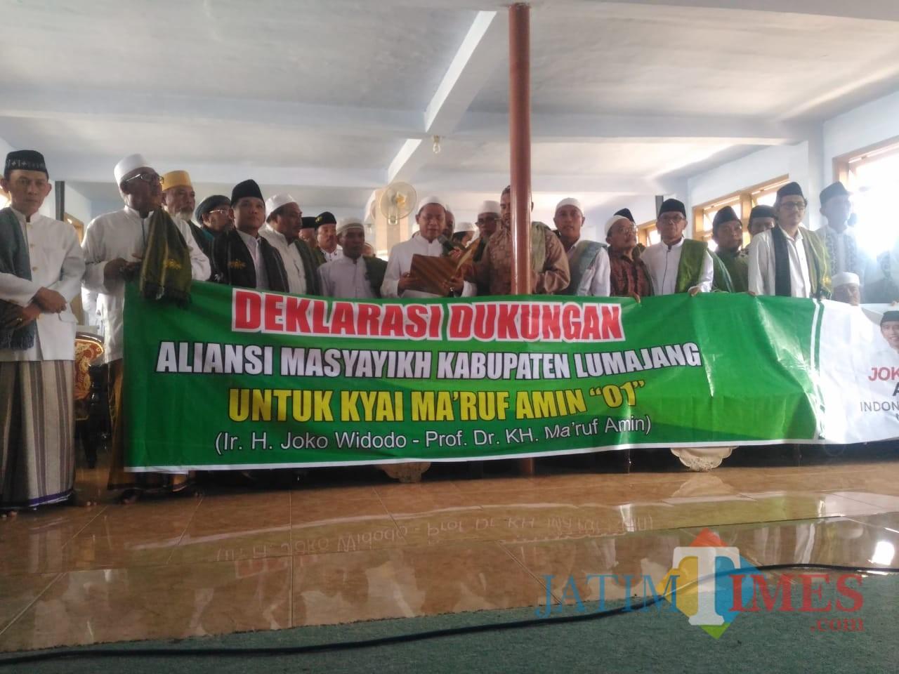 Para Masyayikh ketika membacakan deklarasi dukungan kepada Pasangan Jokowi KH. Makruf Amin (Foto : Moch. R. Abdul Fatah / Jatim TIMES)