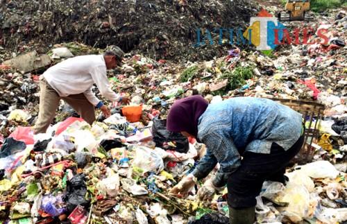 Para perugas saat proses memilah sampah di TPA Desa Tlekung, Kecamatan Junrejo. (Foto: Irsya Richa/BatuTIMES)