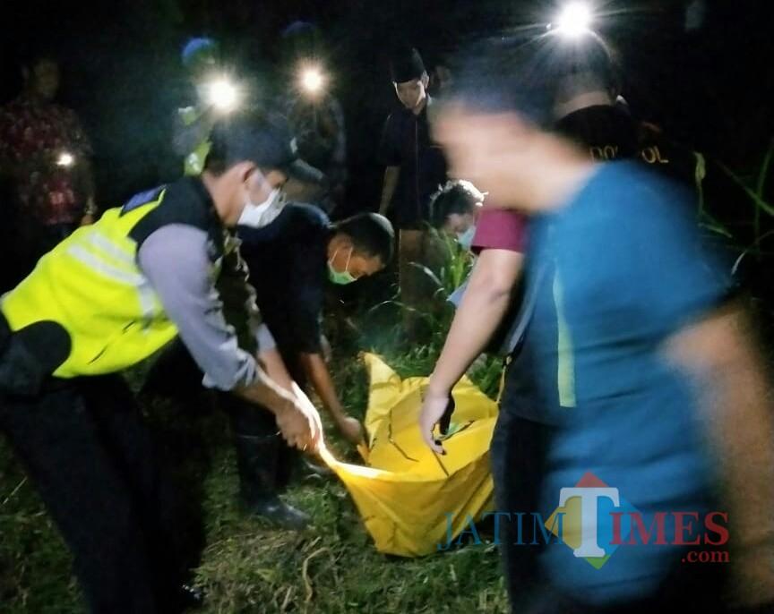 Petugas saat lakukan evakuasi ke TKP penemuan mayat di Pakel Ngantru / Foto : Dokpol / Tulungagung TIMES