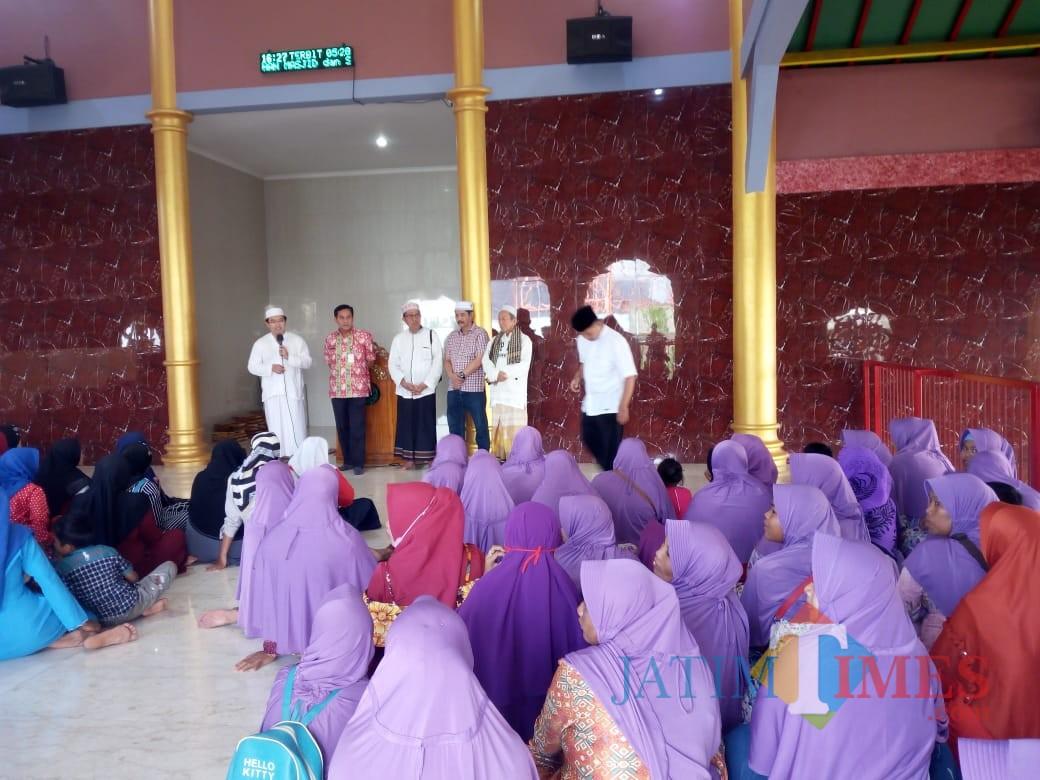 Rombongan jamaah tour wisata religi saat mendapat penjelasan dari pengurus Takmir Masjid Cheng Hoo (foto : istimewa / JatimTIMES)