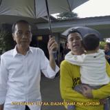 Sambil Bawa Ember, Presiden Indonesia Joko Widodo Payungi Artis Rafi Ahmad