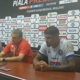 Milomir Seslija (merah) ketika meratapi kekalahan timnya dari Persela Lamongan. (Hendra Saputra)