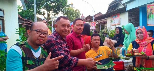 Camat Glagah Astorik saat mengunjungi kuliner jajanan tradisional di Desa Olehsari dan situasi kuliner pada sore hari.