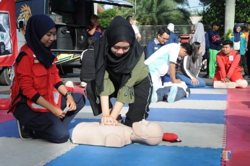 Pengunjung yang langsung mempraktekkan gerakan BLS yang dipandu oleh PSC (foto Luqmanul Hakim/Malang Times)