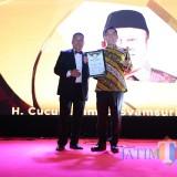 Anggota DPR RI Adies Kadir ketika menerima penghargaan Teropong Parlemen Award 2019