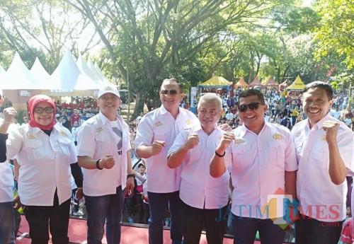 Kepala DPKPCK Wahyu Hidayat (kanan)  bersama dandim 0818, wabup Malang, kapolres Malang, dalam acara Millennial Road Safety Festival. (Nana)