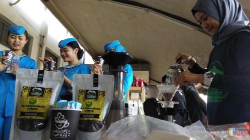 Barista-barista lokal tengah menyeduh kopi yang dibagikan gratis di Stasiun Malang Kotabaru. (Foto: Nurlayla Ratri/MalangTIMES)