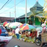 Pasar Krempyeng Suruji Lumajang berdampingan dengan Musholla Baitus Salam (Foto : Moch. R. Abdul Fatah / Jatim TIMES)