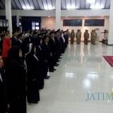 Puluhan pejabat saat disumpah dalam pelantikan di Aula Wahya Wibawa Pemkab Jember pada Senin Sore (foto : Moh. Ali Makrus / Jatim TIMES)