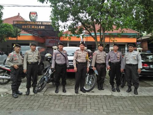 Sabhara Polres Malang Kota saat melakukan pengamanan di kantor KPU. (Sabhara)
