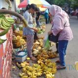Sisi lain Pasar Krempyeng Suruji Lumajang, ada seni tersendiri belanja disini (Foto : Moch. R. Abdul Fatah / Jatim TIMES)