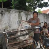 Anggota Polresta Probolinggo, saat memeriksa barang bawaan para tersangka (Agus Salam/Jatim TIMES)